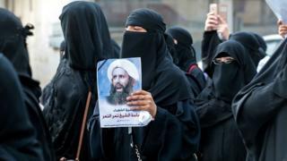 مظاهرة لنساء سعوديات في القطيفأثناء احتجاجهم على قرار إعدام رجل الدين الشيعي نمر النمر