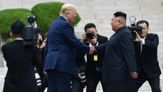 Trump le da la mano a Kim