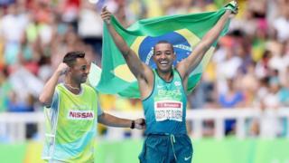 Ricardo Costa saltou 6.52 metros e ficou com o ouro na categoria T11, para cegos