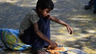રસ્તા પર બેસીને જમતુ ગરીબ બાળક