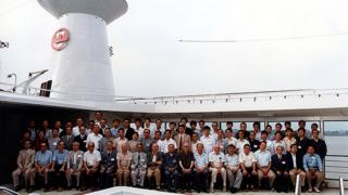 Foto del grupo de economistas que participó en el crucero