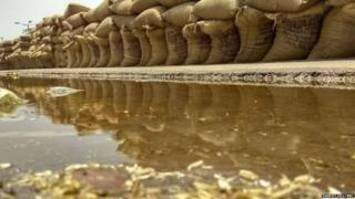 ये बरनाला में लगने वाला बाजार का हाल है, जहां ज्यादा देर बारिश होने से गेहूं के भंडारण के पास पानी ही पानी है.