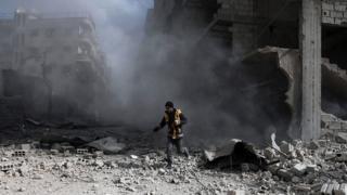 Un volontaire humanitaire à Saqba, dans la Ghouta assiégée.