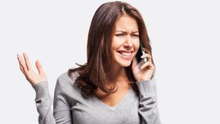 Una mujer hablando por celular