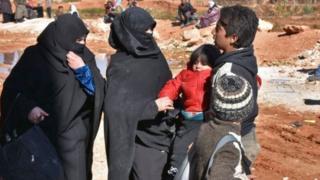 نازحون يحاولون الانتقال إلى مناطق غربي حلب