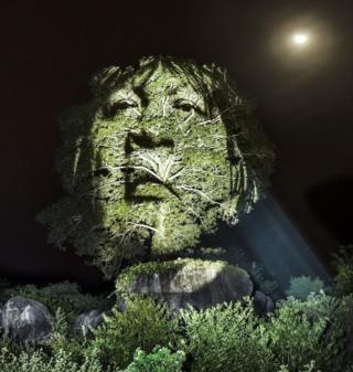 Фото вождя Алміра Нараямога Суруі з народності пайтер (суруі), спроектоване на ліс.