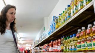 Una mujer en un supermercado en Venezuela.