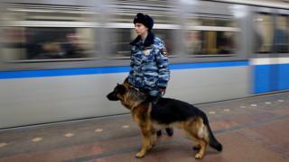 Полицейская с собакой в метро в Петербурге