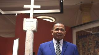 Namibia Ambassador to Germany Andreas Guibeb pose wit di Stone Cross