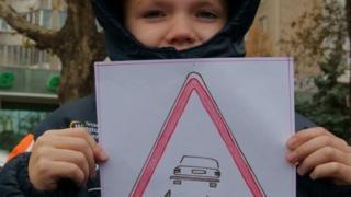 Дитина з малюнком