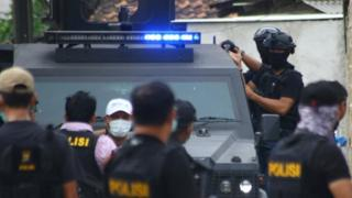 Dalam penggerebekan di tiga lokasi di Tangerang tersebut, Tim Densus 88 mengamankan tiga orang terduga teroris dan satu orang istri anggota teroris.