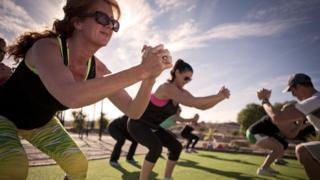 Pessoas fazendo exercício