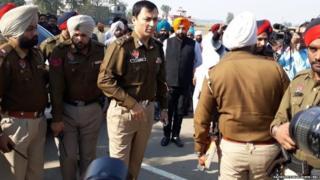 धमाके के बाद मौक़े पर पहुंचे पुलिस अधिकारी