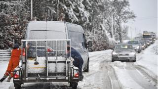 затор на дороге, занесенной снегом в Шотландии
