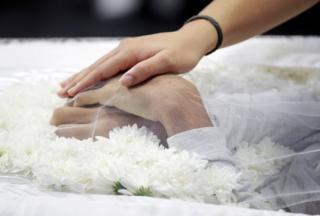 Enterro de vítima do massacre em Suzano