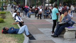 Empleados esperan durante el apagón en Caracas