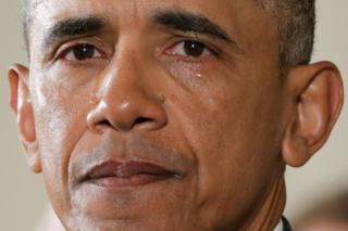 Barack Obama con lágrimas corriendo por sus mejillas
