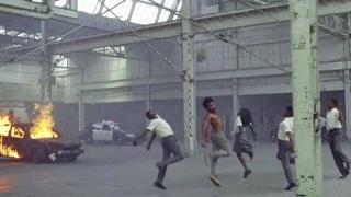 في الفيديو معالجة للعنف والعنصرية