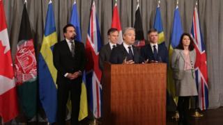 وزیر خارجه کانادا در حال سخنرانی پس از دیدار پنجشنبه شب وزیران خارجه پنج کشور مرتبط با پرواز ساقط شده اوکراینی