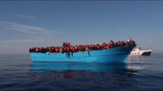 گارد ساحلی ایتالیا می گوید در دو روز گذشته بیش از پنج هزار نفر را که با قایقهایی نامناسب راهی دریای مدیترانه شده بودند، در نزدیکی آبهای لیبی نجات داده.