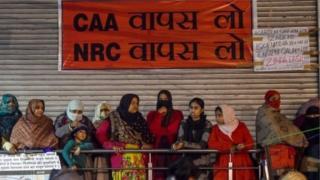 शाहीन बाग में CAA के खिलाफ प्रदर्शन करतीं महिलाएं