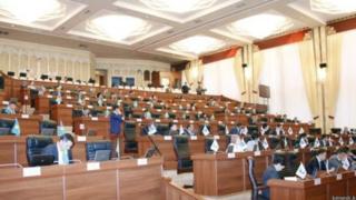 Бүгүн Жогорку Кеңеш өкмөттүн Нарын облусундагы өкүлү Аманбай Кайыповдон отун-суу маселеси боюнча маалыматын укту