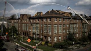 Bombeiros combatem incêndio no Centro Residencial para Idosos Arthur Capper, em Washington, nos EUA