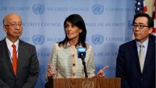 นางนิกกี เฮลีย์ ทูตสหรัฐฯ ประจำสหประชาชาติ แถลงหน้าห้องที่จะจัดประชุมคณะมนตรีความมั่นคงแห่งสหประชาชาติ