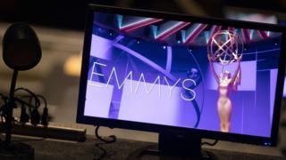 Un monitor que muestra el escenario de los premios Emmy durante un ensayo.