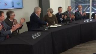 Carwyn Jones a Theresa May yn cyfarfod i arwyddo'r fargen a thrafod Brexit
