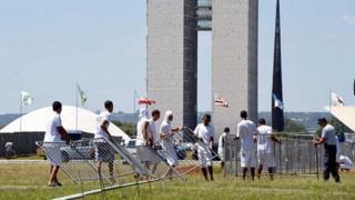 Abanyururu bafashije mu kubaka urukuta rutangira imyigaragambyo muri Brasilia ku ya 10/04/2016.