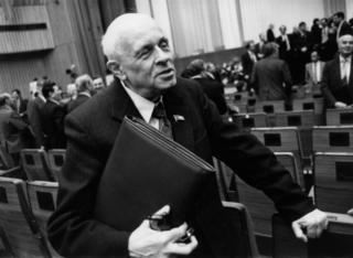 Fisikawan nuklir Soviyet, Andrei Shakarov, menrima hadiah Nobel Perdamaian pada tahun 1975
