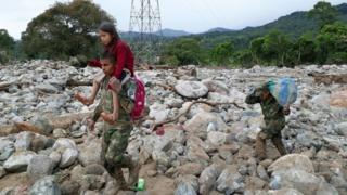 Menina é resgata de escombro na Colômbia