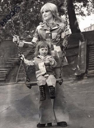 Heather gyda'i merch Lisa ar siglen yn y parc yn 1972 cyfres Gwrando ar Fy Nghân