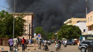 La fumée enveloppe Ouagadougou après la double attaque perpétrée vendredi.