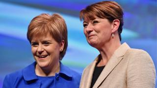 Nicola Sturgeon a Leanne Wood