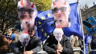 демонстрация у парламента, изображения Доминика Каммингса и Бориса Джонсона