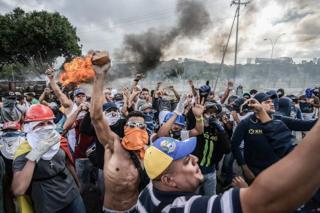 손을 치켜들고 구호를 외치는 베네수엘라 반정부 시위대