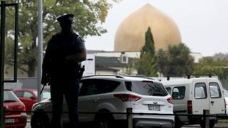 Christchurch'te El Nur Camii yakınlarındaki bir polis