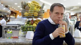 Doria toma suco durante campanha política em São Paulo