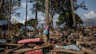 Riba, seorang perempuan usia lanjut warga Donggala, di antara reruntuhan dan puing di kawasan yang sebelumnya tak terjangkau lewat alan darat.