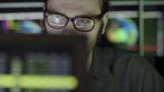 Adolescente estudiando en la computadora