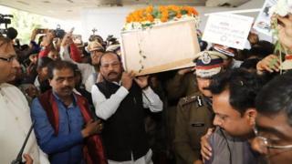 विजय सोरेंग की अंत्येष्टि के दौरान कंधा लगाते तत्कालीन मुख्यमंत्री रघुबर दास