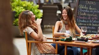 Ở Tây Ban Nha, mục đích đi ăn trưa là để gặp mặt bạn bè hoặc gia đình.