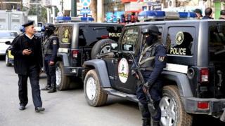 La police a répliqué aux tirs des assaillants, et les a pris en chasse pour tenter de les appréhender.