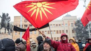 Makedonya'da ülkenin ismini değiştiren anlaşmaya karşı çıkanlar, ellerinde eski Makedonya bayrakları ile protesto düzenlemişti, 9 Ocak 2019.