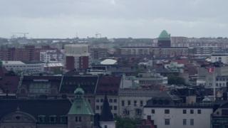 Imagem mostra visão geral de cidade sueca, com vários prédios aparecendo no horizonte