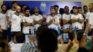 Lionel Messi acompañado de los jugadores de la selección dice que no hablarán más con la prensa.