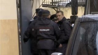Aleksey Navalnıy mahkemeye götürülürken
