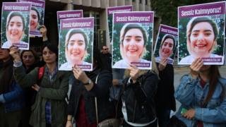 adliye önünde şule çet'in fotoğrafını taşıyan kadınlar